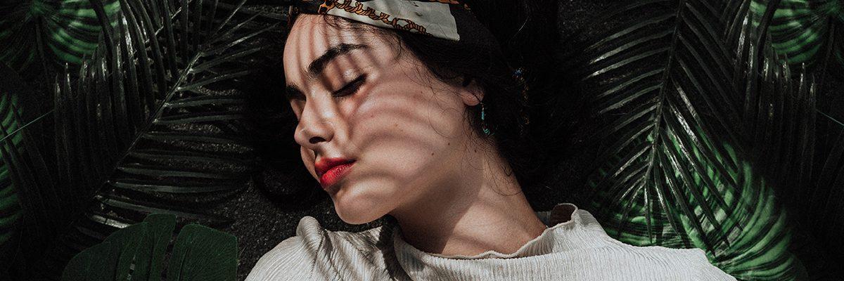 Femme endormie, le visage de profil
